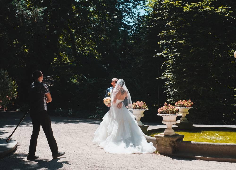 Billede af bryllupsfotograf der tager billeder af brudepar